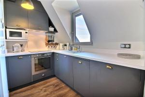 A kitchen or kitchenette at Deauville Paradise