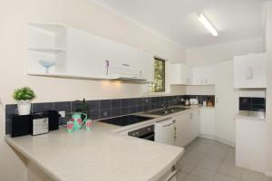 A kitchen or kitchenette at 15 Joanne Street, Marcoola