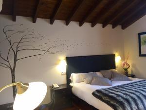 A bed or beds in a room at El Coto Hotel Restaurante