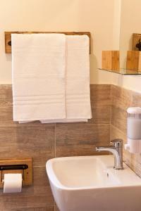 A bathroom at La Taverna del Metallo Rooms