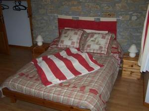 A bed or beds in a room at Le Gîte de l'Ourserie