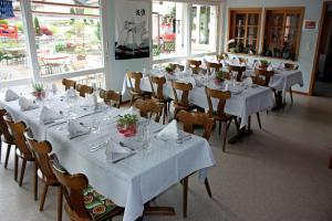 Ein Restaurant oder anderes Speiselokal in der Unterkunft Hotel Restaurant Koi-Gartenteich