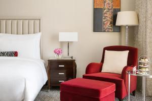 سرير أو أسرّة في غرفة في فندق كمبينسكي العثمان الخبر