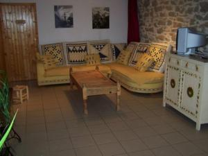 A seating area at Le Gîte de l'Ourserie
