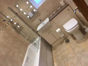 A bathroom at Llys y Barnwr - Judge's Court