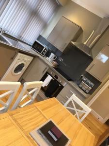 A kitchen or kitchenette at Llys y Dderwen - Oak Court