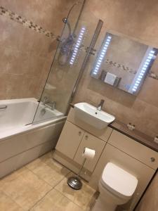 A bathroom at Llys y Dderwen - Oak Court