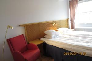 A bed or beds in a room at Hotell City