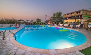 Der Swimmingpool an oder in der Nähe von Porto Koukla Beach