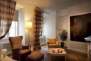 Ein Sitzbereich in der Unterkunft Hotel Parc Beaux Arts