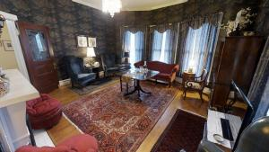 A seating area at Hanna House Bed & Breakfast