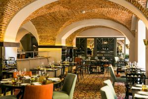 A restaurant or other place to eat at Pousada de Lisboa - Small Luxury Hotels Of The World
