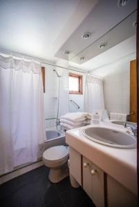 A bathroom at Cabaña Yelcho en la Patagonia