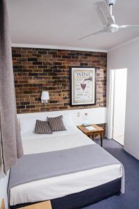 A bed or beds in a room at Hornsby Inn