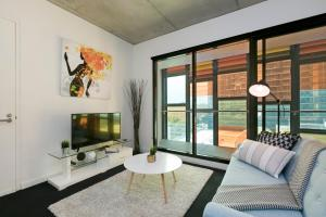 A seating area at Complete Host Domain Apartments