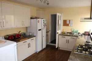 A kitchen or kitchenette at Norfolk Guest House