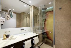 A bathroom at Hyperion Hotel Basel