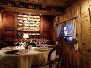 A restaurant or other place to eat at La Ferme des Vonezins