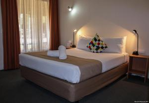 A bed or beds in a room at Motel Riverina