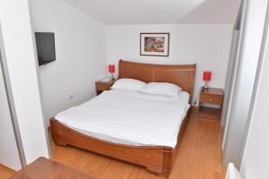 A bed or beds in a room at Apartment and Rooms In Club