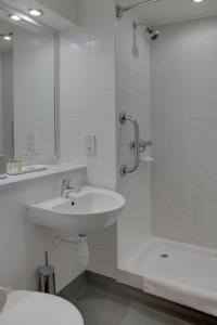 A bathroom at Best Western Pontypool Metro Hotel