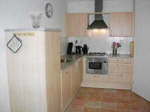 A kitchen or kitchenette at Holiday Home De Meerparel-2