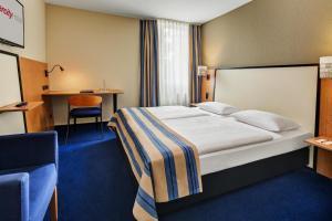 Ein Bett oder Betten in einem Zimmer der Unterkunft IntercityHotel Celle