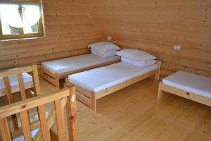 Łóżko lub łóżka w pokoju w obiekcie Domy Wypoczynkowe