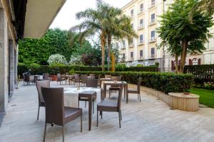 A restaurant or other place to eat at Mercure Catania Excelsior