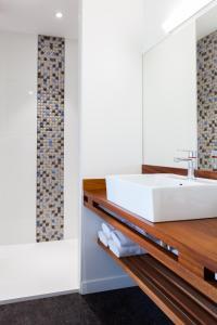 A bathroom at Hotel du port