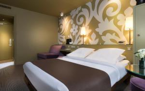 Een bed of bedden in een kamer bij Gardette Park Hotel