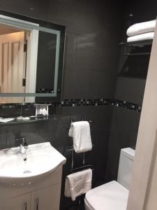 A bathroom at Harefield Manor Hotel