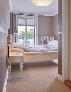 A bed or beds in a room at Gilleleje Badehotel