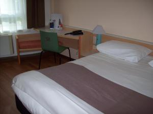 A bed or beds in a room at ibis Essen Hauptbahnhof