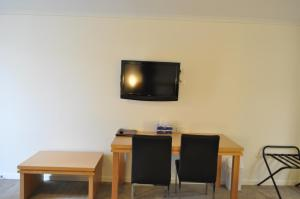 A television and/or entertainment center at Albury Burvale Motor Inn