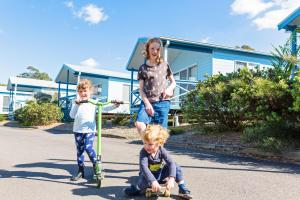 A family staying at Belmont Bayview Park
