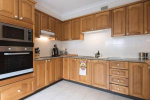 A kitchen or kitchenette at Bright Comfy Bondi Home