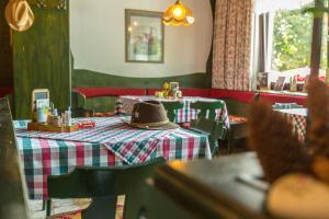Ein Restaurant oder anderes Speiselokal in der Unterkunft Gasthof Pension St. Wolfgang