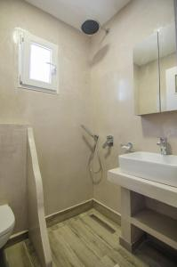 A bathroom at Hotel Delfini