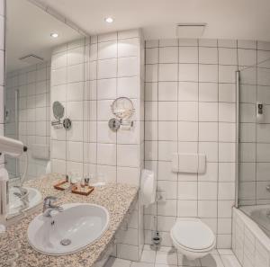 A bathroom at MERCURE Hotel Airport München Aufkirchen