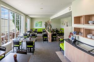 A restaurant or other place to eat at MERCURE Hotel Airport München Aufkirchen