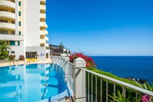 The swimming pool at or near The Cliff Side Apartment