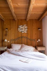 A bed or beds in a room at Auberge du Moulin de Léré