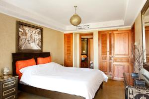 A bed or beds in a room at Stunning 2 Bed Apartment L'Hivernage Pearl