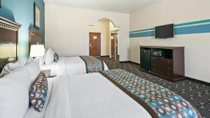 A bed or beds in a room at Best Western Sonora Inn & Suites