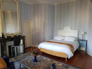 A bed or beds in a room at B&B Domaine des Marcoujans