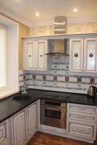Кухня или мини-кухня в Kvartira v centre Lomonosova 152