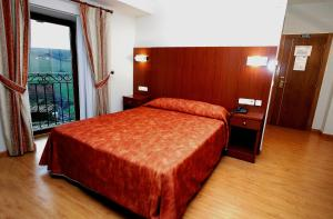 A bed or beds in a room at Hotel Agorreta