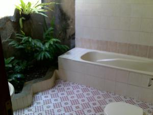 A bathroom at Bayu Mantra Bungalows