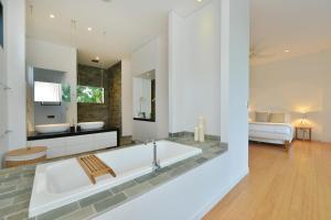 A bathroom at Glass House On The Beach